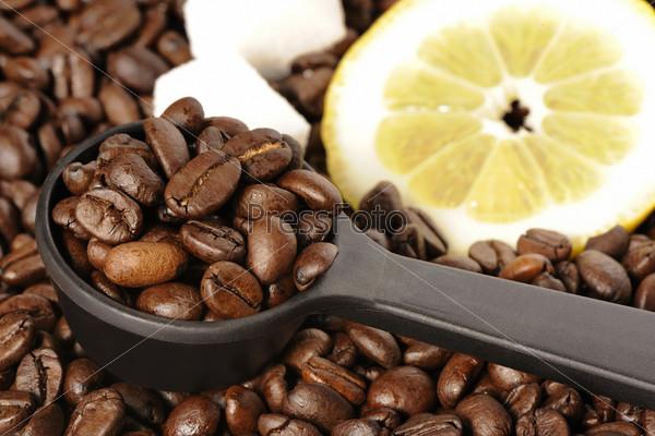 Фотография на тему Жареный кофе в зернах, лимон и сахар