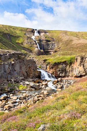 Фотография на тему Летний исландский пейзаж, водопад и яркое голубое небо