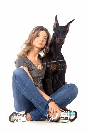 Фотография на тему Молодая женщина с собакой породы доберман