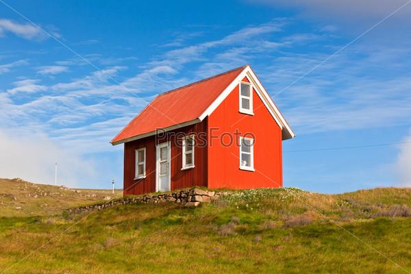 Яркий красный дом, обшитый сайдингом, Исландия