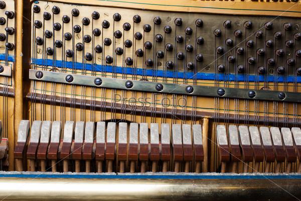 Детали внутри фортепиано крупным планом