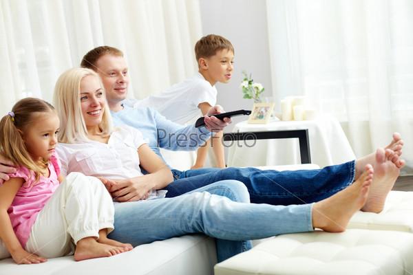 Фотография на тему Семья смотрит телевизор