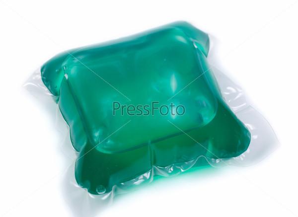 Зеленый гель для стирки в капсуле