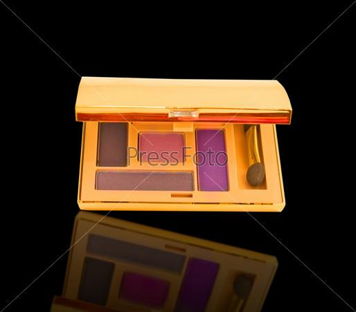 Роскошные фиолетовые тени для век в золотой упаковке, изолированные с отражением
