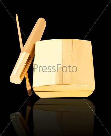 Золотая коллекция макияжа, изолированная на черном фоне с отражением