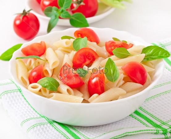 Салат с пастой, помидорами черри и свежими листьями базилика