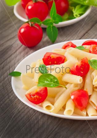 Салат с макаронами, помидорами черри и свежим базиликом