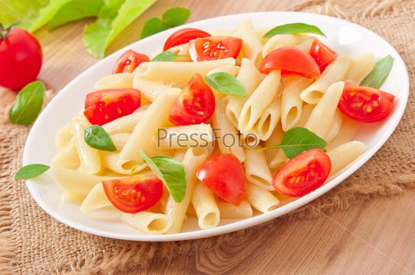 Фотография на тему Салат с макаронами, помидорами черри и свежим базиликом