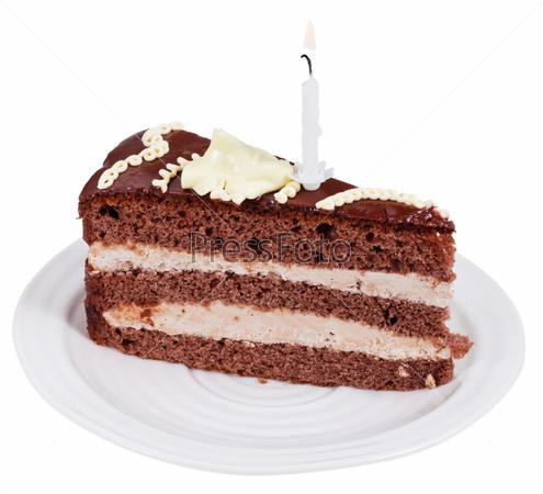 Кусок шоколадного торта с горящей свечой