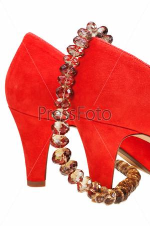 Красные туфли на каблуках и бусы