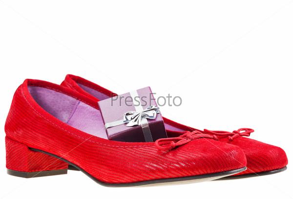 Красные туфли на каблуках и подарок