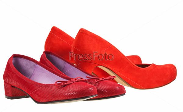 Две пары красных женских туфлей на каблуках