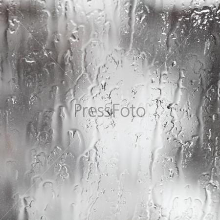 Струи дождя на окне