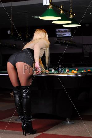 Девушка играет в снукер