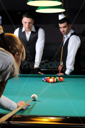 Фотография на тему Группа молодых профессиональных игроков в снукер