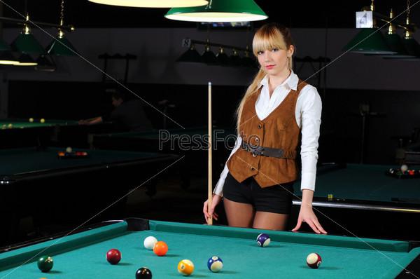 Фотография на тему Девушка играет в снукер