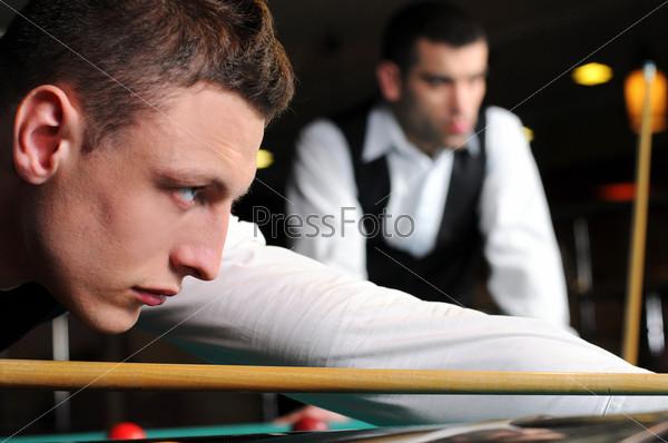 Группа молодых профессиональных игроков в снукер