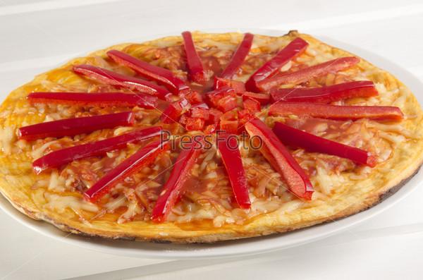 Пицца с полосками красного перца