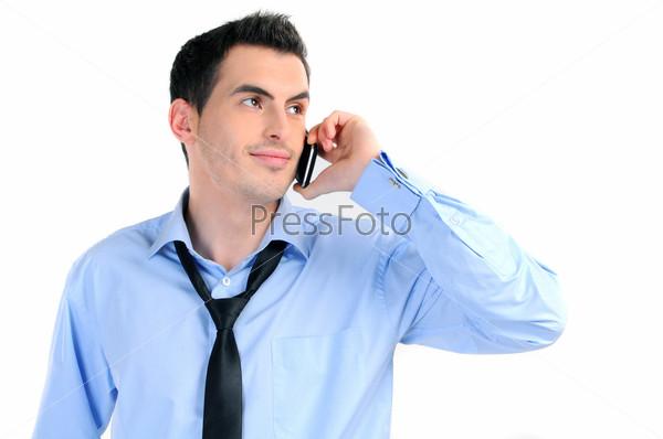 Портрет бизнесмена, говорящего по мобильному телефону. Изолировано на белом