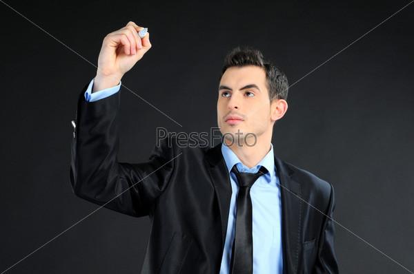 Бизнесмен пишет или рисует на экране