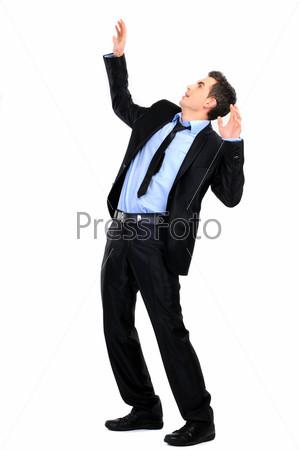 Бизнесмен защищает себя, изолировано на белом фоне