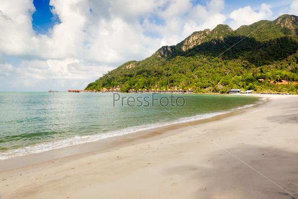 Пустой пляж на тропическом острове