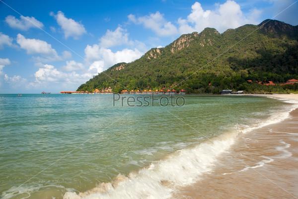 Волны на пустом пляже на тропическом острове