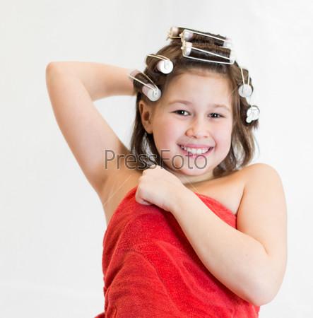 Счастливая девочка с бигуди на голове