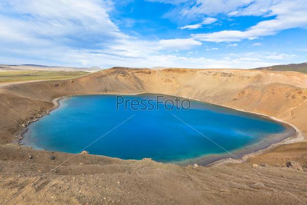 Фотография на тему Кратер потухшего вулкана Крапла в Исландии, заполненный водой