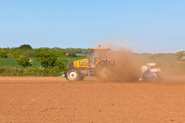 Сельское хозяйство. Трактор на поле