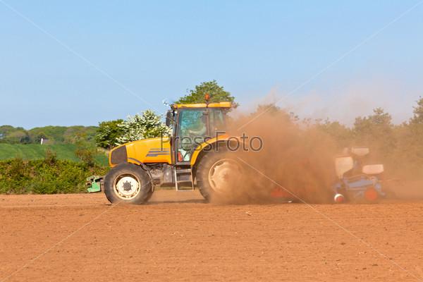 Фотография на тему Сельское хозяйство - трактор с сохой на поле весной