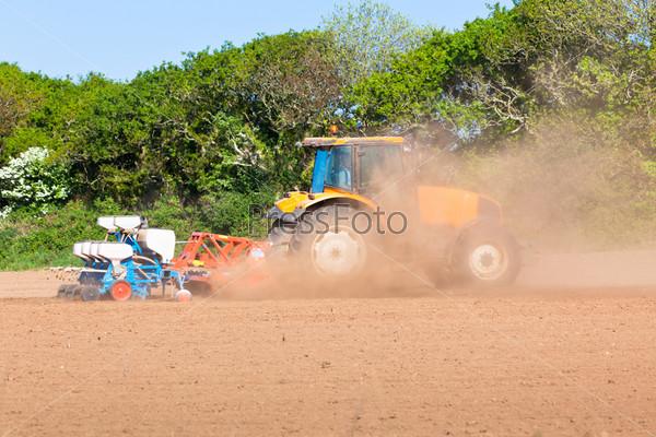 Сельское хозяйство - трактор с сохой на поле весной