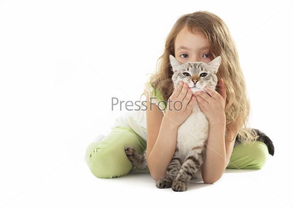Красивая девочка обнимает кота