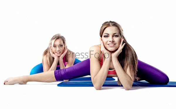 Фотография на тему Две красивае девушки делают растяжку
