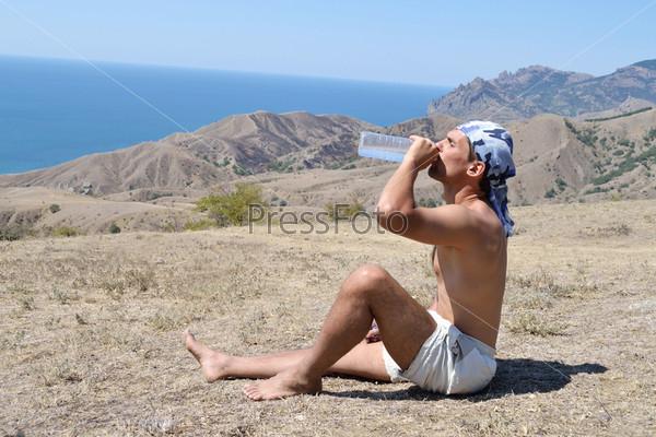 Фотография на тему Молодой человек пьте воду