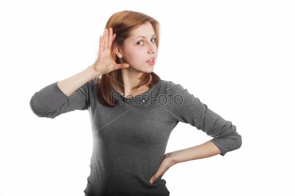 Симпатичная девушка слушает