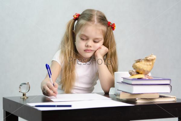 Девочка пишет на листе бумаги сидя за столом в образе писателя