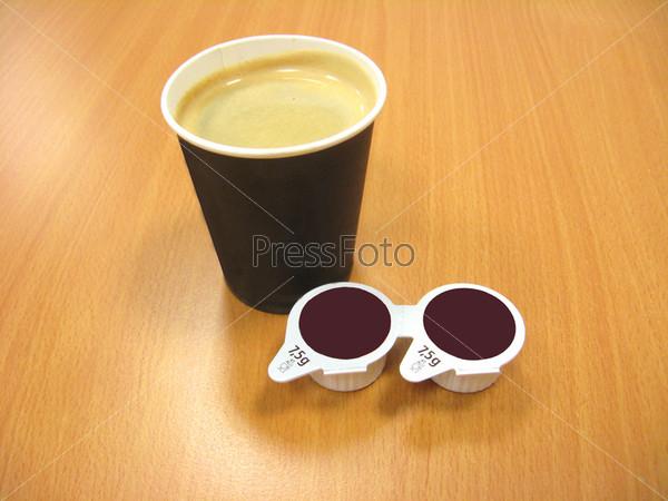 Фотография на тему Бумажный стакан кофе и две упаковки сливок