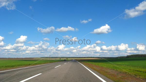 Асфальтированная дорога и голубое небо