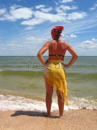 Фотография на тему Девушка стоит на берегу моря