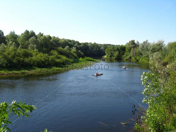 Красивый пейзаж с рекой и каноэ