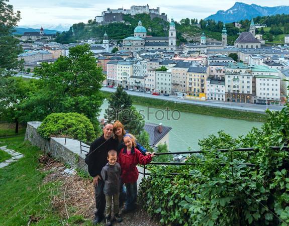 Вид на город Зальцбург летом сверху. Австрия