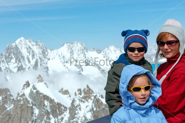 Семья и на фоне горы Монблан (Франция)