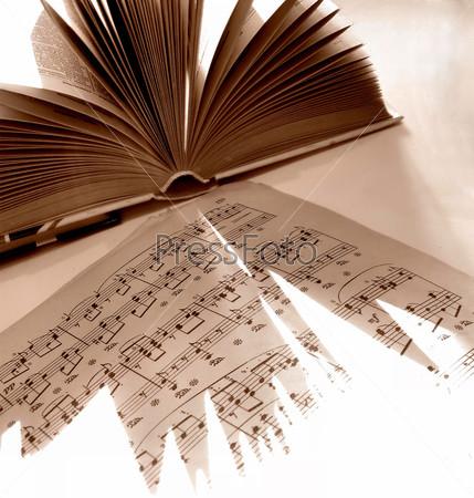 Старые книги и ноты в сепии