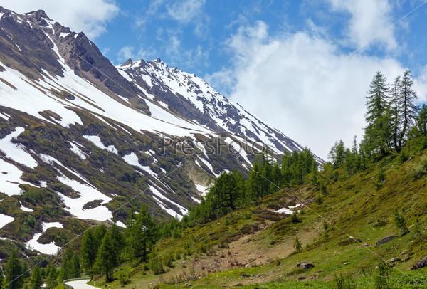 Летний горный пейзаж со снегом. Альпы, Швейцария