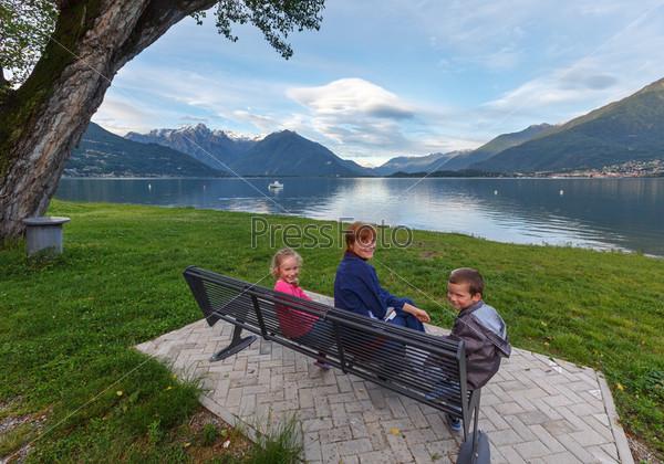 Семья на озере Комо летом, Италия