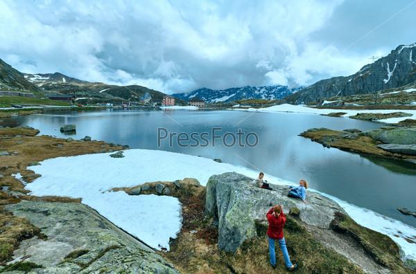 Семья у альпийского горного озера