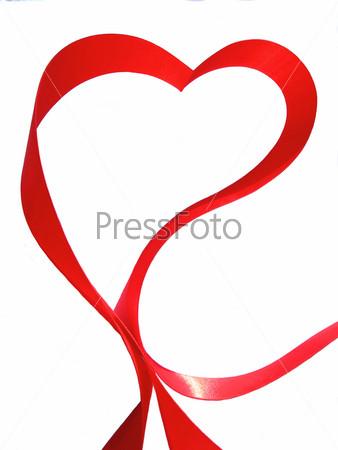 Сердце из красной шелковой ленты