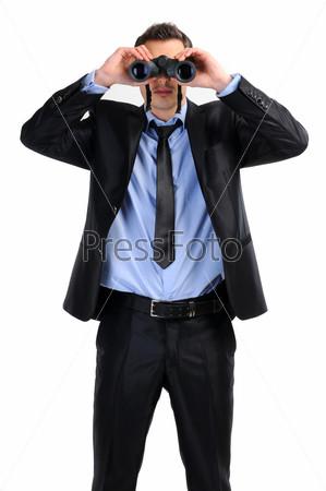 Деловой мужчина с биноклем заглядывает в будущее