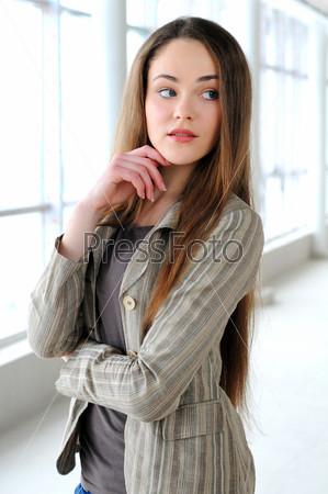 Портрет молодой девушки в бизнес-офисе